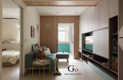 台北中和W宅:  客廳 by 秐果設計
