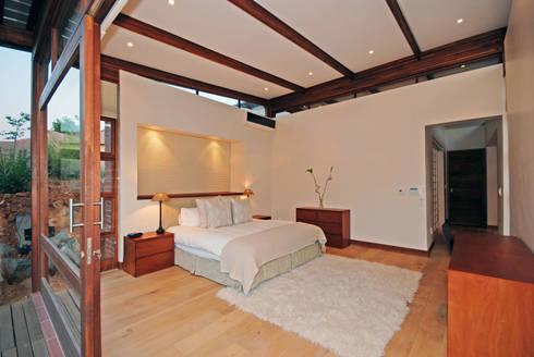Main bedroom : modern Bedroom by Hugo Hamity Architects
