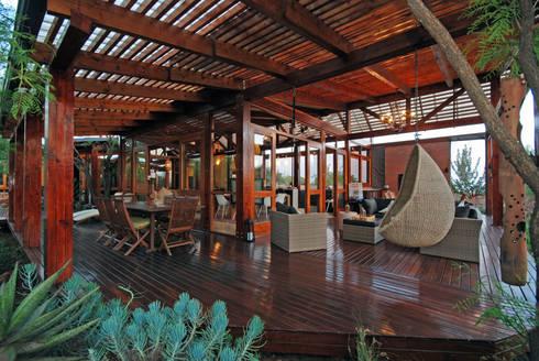 Veranda :  Patios by Hugo Hamity Architects