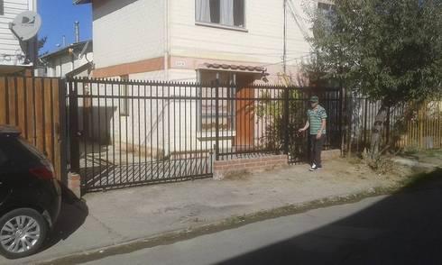 Fabricación e instalación de reja con porton de corredera: Jardín de estilo  por Servicios Express Valparaíso