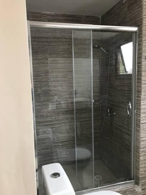 Baño en suite: Casas unifamiliares de estilo  por ARquitectura