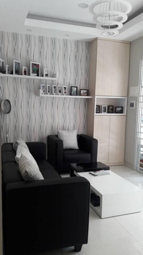Ruang tunggu tamu:  Living room by Cendana Living