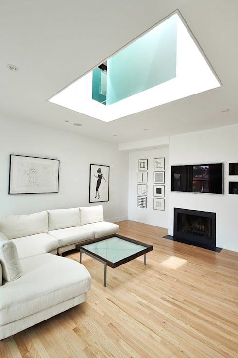 Sky Loft: modern Living room by KUBE Architecture
