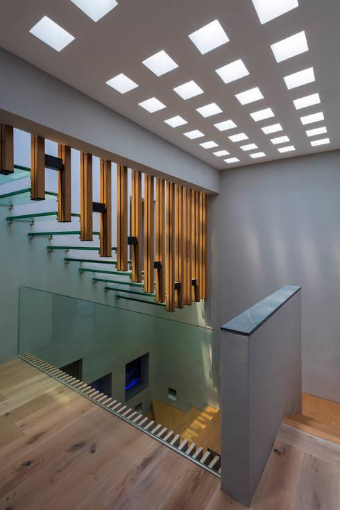 CASA CALAVERA: Escaleras de estilo  por HDA: ARQUITECTURA BIOCLIMATICA