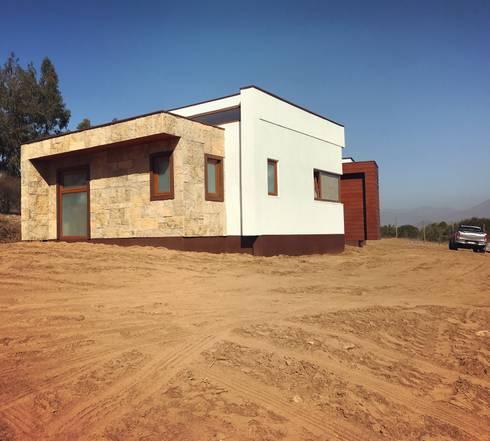 Fachada lateral Vivienda Premium 125m2 Fundo Loreto.: Casas unifamiliares de estilo  por Territorio Arquitectura y Construccion