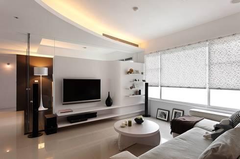 用色彩說故事:一個人的豪宅新生活:  客廳 by 禾光室內裝修設計 ─ Her Guang Design