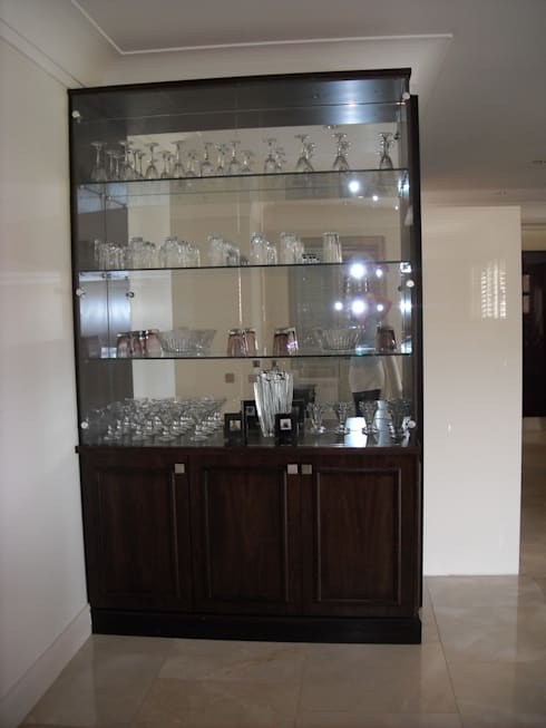 Cocktail cabinet in Walnut, mirror and glass: eclectic Wine cellar by CKW Lifestyle