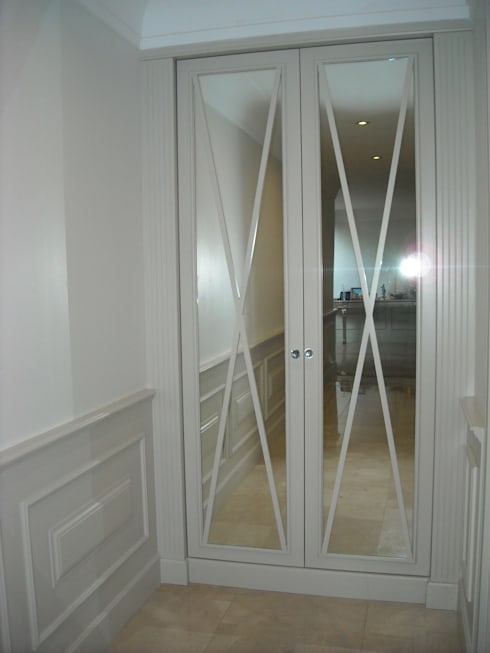 Coat Closet in Hallway with panelling:  Corridor & hallway by CKW Lifestyle