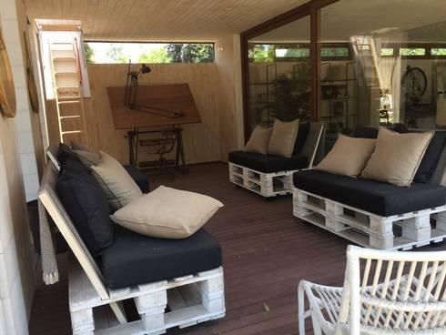 Escalera para acceder a la terraza superior y deck de Fibrocemento: Casas prefabricadas de estilo  por Constructora Las Américas S.A.