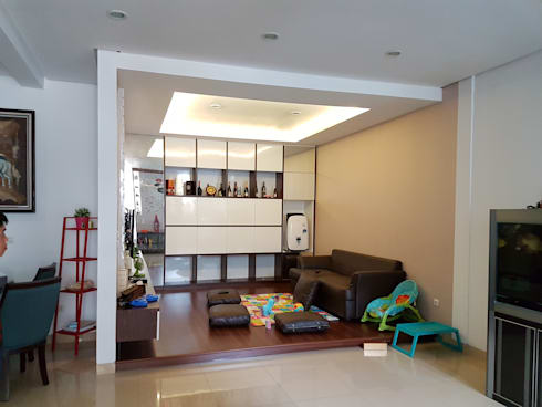 Living Room Green Lake City:  Ruang Keluarga by Gaiyuu Jaya Abadi
