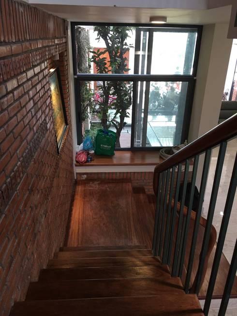 Các ô kính được bố trí nhằm tăng ánh sáng tự nhiên cho nhà:  Cầu thang by Công ty TNHH Thiết Kế Xây Dựng Song Phát