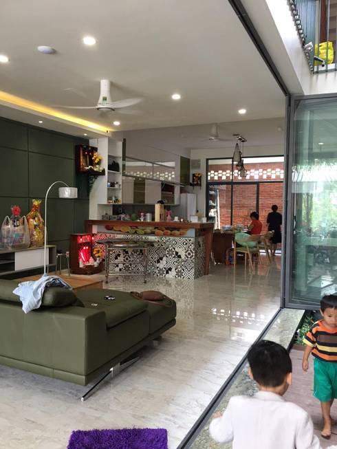 Không gian thông thoáng cùng nội thất trang nhã.:  Phòng khách by Công ty TNHH Thiết Kế Xây Dựng Song Phát