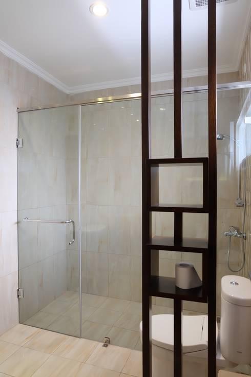 RUMAH PALEM INDAH MANSION: modern Bathroom by FIANO INTERIOR