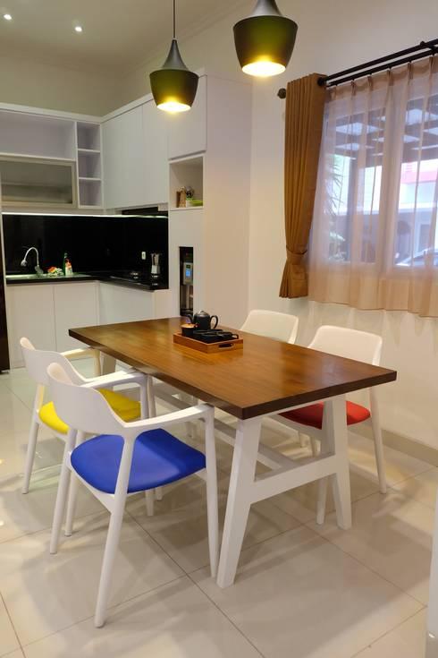 RUMAH PALEM INDAH MANSION: modern Dining room by FIANO INTERIOR