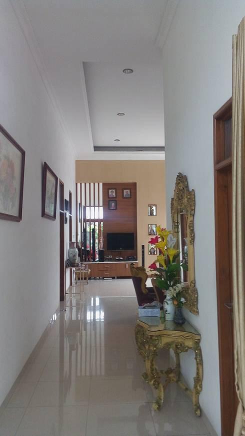 Rumah Pulomas:  Ruang Keluarga by Dekapolis Design
