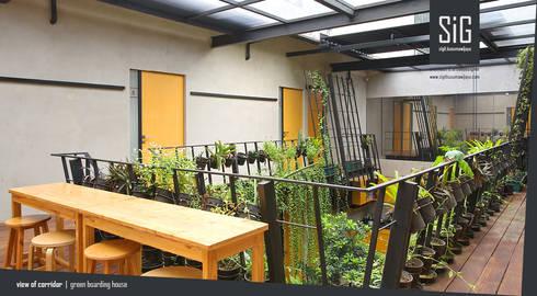 Rumah Beranda – Green Boarding House:  Koridor dan lorong by sigit.kusumawijaya   architect & urbandesigner