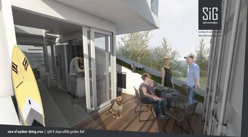 Split & Slope (Edible) Garden House:  Ruang Keluarga by sigit.kusumawijaya | architect & urbandesigner
