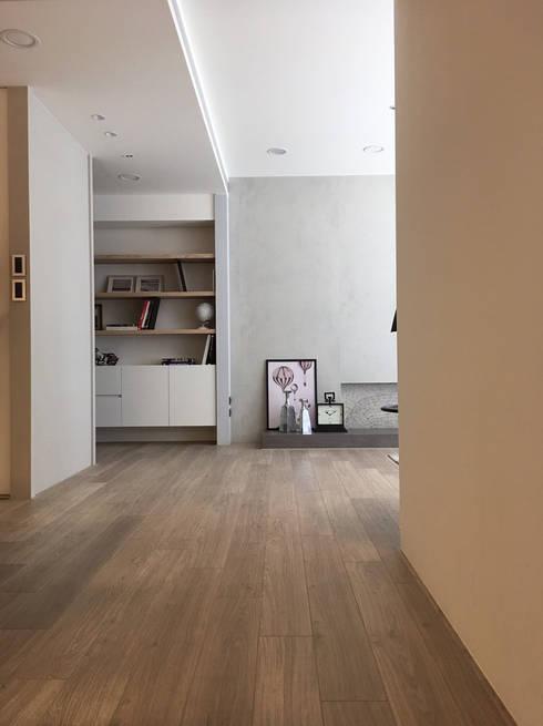 曙光:  走廊 & 玄關 by Fertility Design 豐聚空間設計