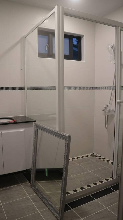 【客製19坪】平屋頂-長治:  浴室 by 築地岩移動宅