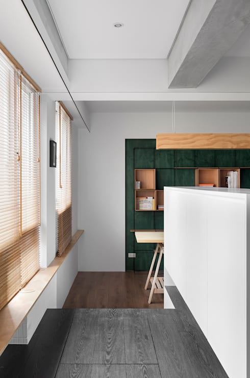 Ronn Residence 平面設計師的家:  走廊 & 玄關 by Studio In2 深活生活設計