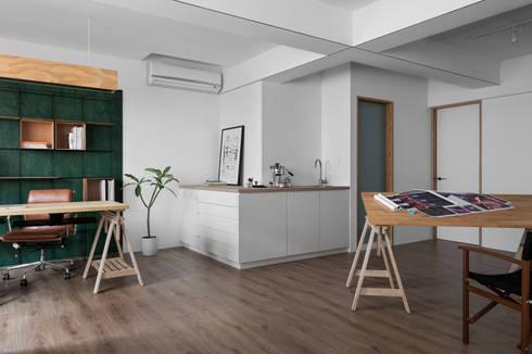 Ronn Residence 平面設計師的家:  客廳 by Studio In2 深活生活設計
