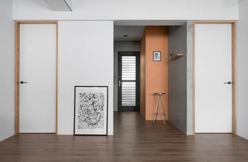 Ronn Residence 平面設計師的家:  牆面 by Studio In2 深活生活設計