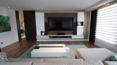 Apartamento bosques del oeste : Salas multimedia de estilo moderno por astratto