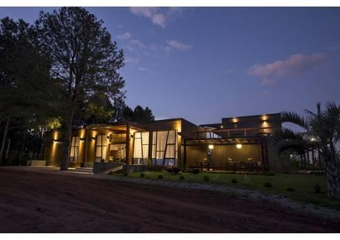 Vista nocturna: Casas de estilo moderno por MSA Arquitectos