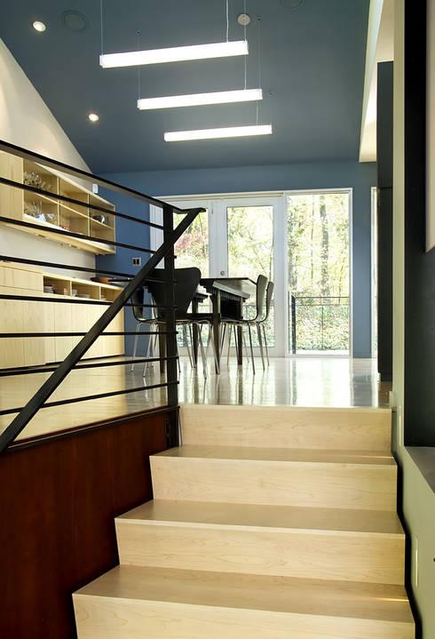 Arlington Residence:  Corridor & hallway by KUBE Architecture