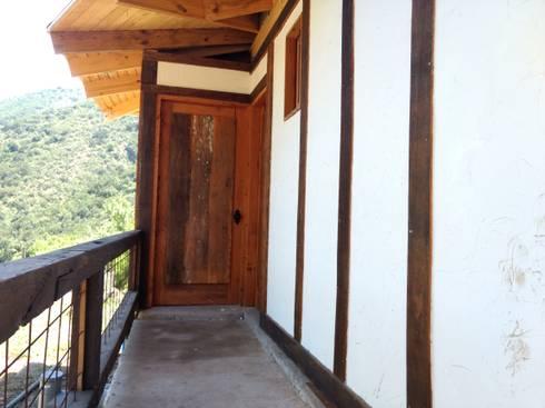 Casa Quincho – Carpinterias: Casas de estilo rústico por Construyendo Reciclando