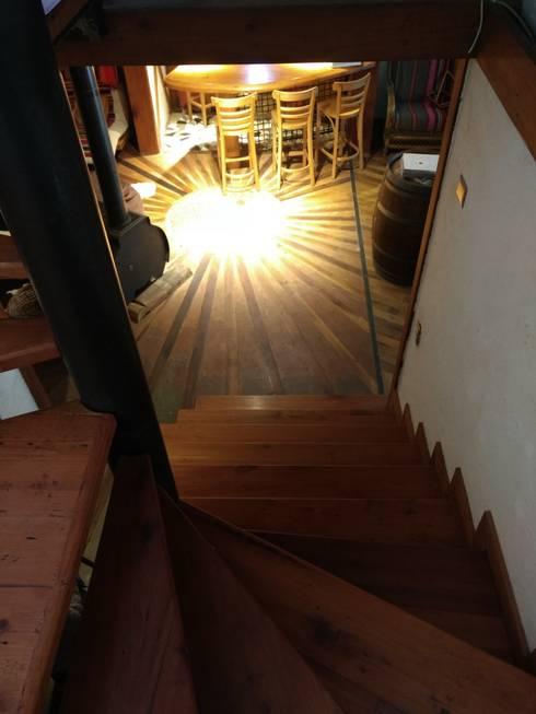 Interiores Casa Madera Adobe: Escaleras de estilo  por Construyendo Reciclando