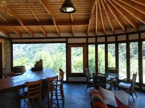 Interiores Casa Madera Adobe: Comedores de estilo rústico por Construyendo Reciclando