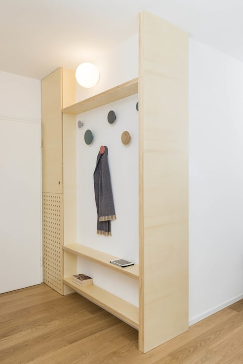 Plywood Apartment: Ingresso & Corridoio in stile  di studio wok