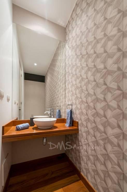 BAÑO DE VISITAS: Baños de estilo  por DMS Arquitectas