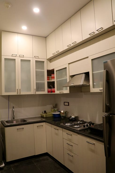 3 BHK Apartment Of Dr Sagar Bangalore:  Built-in kitchens by Cee Bee Design Studio