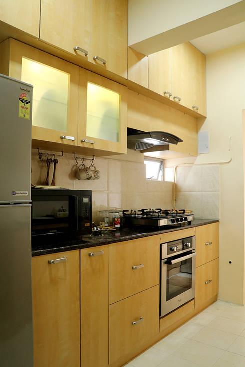 2 BHK Apartment Mrs Radha Basu Kolkata:  Built-in kitchens by Cee Bee Design Studio