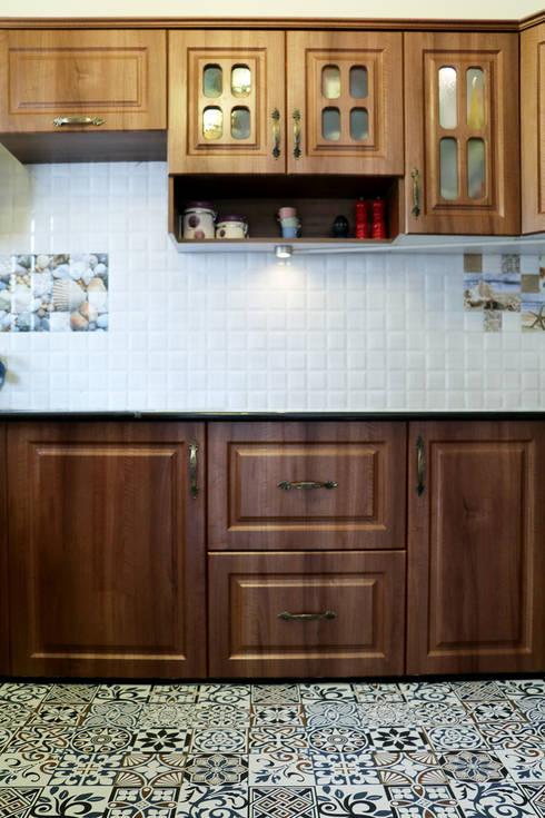 1 BHK Apartment of Mrs Divya Kumari Bangalore:  Built-in kitchens by Cee Bee Design Studio