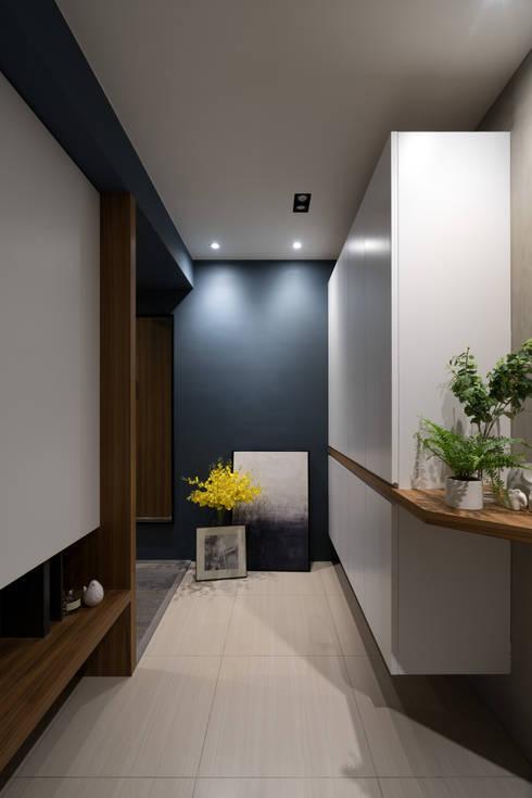 玄關:  走廊 & 玄關 by Moooi Design 驀翊設計