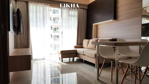 Natural Living Room & Walltreatment:  Ruang Keluarga by Likha Interior