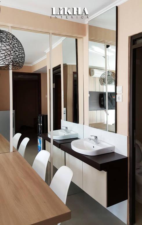 Wastaufel Cabinet:  Ruang Makan by Likha Interior