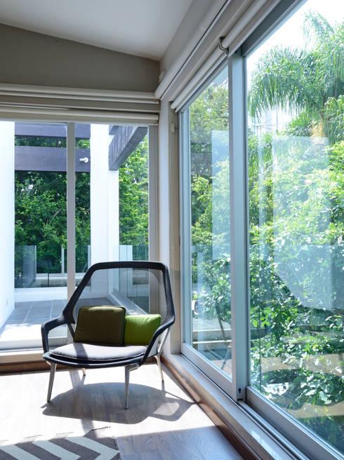 Área de lectura.: Terrazas de estilo  por Stuen Arquitectos