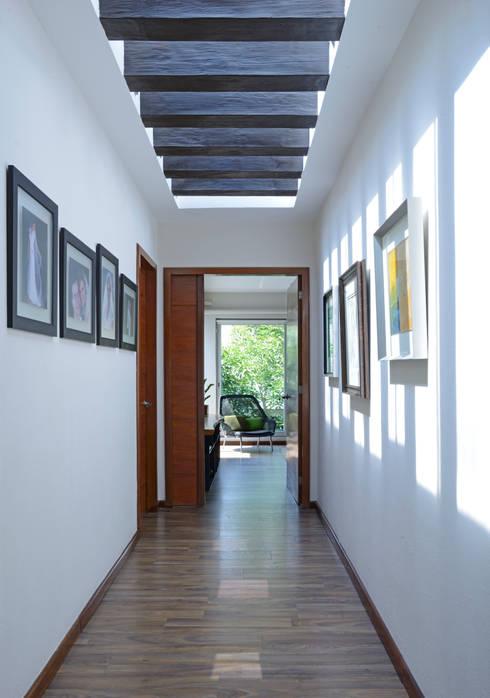 Pasillo Distribuidor.: Pasillos y recibidores de estilo  por Stuen Arquitectos
