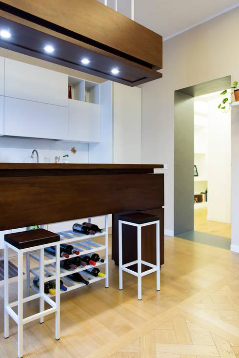 La zona cucina con isola realizzata su disegno: Cucina in stile in stile Minimalista di VITAE DESIGN STUDIO