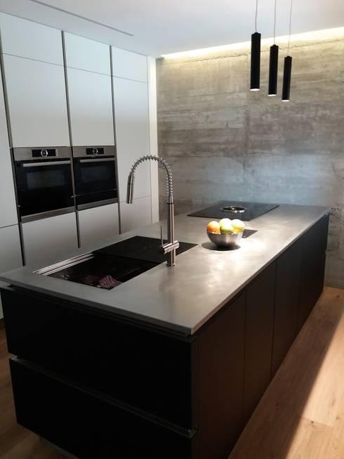 Cucina con isola in vetro e colonne laccato bianco par Formarredo ...
