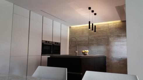Cucina con isola in vetro e colonne laccato bianco von Formarredo ...