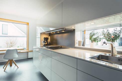 Küche nach Maß, Kochstelle mit Einbauhaube:  Einbauküche von Klocke Möbelwerkstätte GmbH