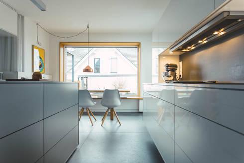 Küche nach Maß, grifflos mit Mittelblock:  Einbauküche von Klocke Möbelwerkstätte GmbH