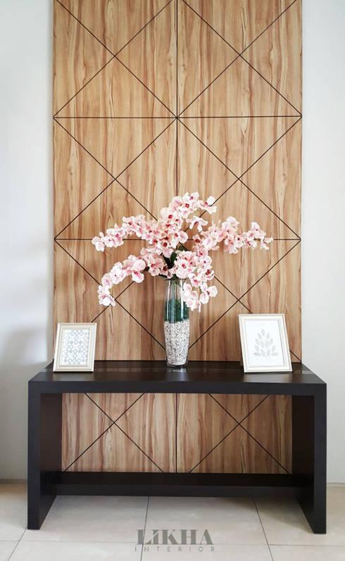 Foyer Area Q : Rumah bergaya modern kontemporer dengan nuansa coklat di
