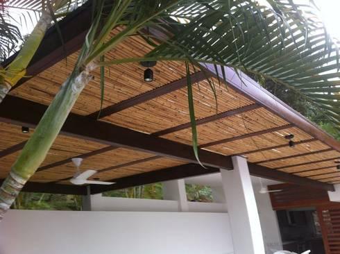 PERGOLAS EN  BAMBU: Balcones, porches y terrazas de estilo rústico por NATIVAARQUITECTOS E.I.R.L