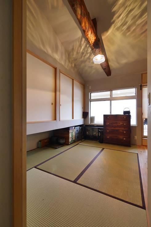 昭和ガラスの家、寝室: みゆう設計室が手掛けた和室です。